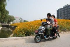 Wokoło Chiny - rodzina na elektrycznym motocyklu Fotografia Royalty Free