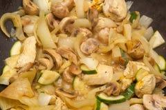 Wokschotel - kip en groenten Stock Afbeelding