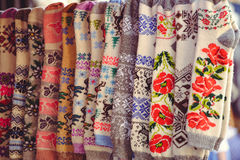 Wol gebreide sokken met etnisch patroon stock afbeelding