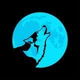 Wolf auf dem Hintergrund des blauen Mondes Stockfoto