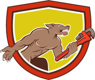 Wolf Plumber Monkey Wrench Shield-Karikatur Lizenzfreie Stockfotos