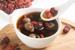 Wolfberry jujuby herbaciany longan w herbacianej filiżance na drewnianej tacy fotografia royalty free