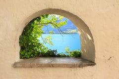Wolfgangsee从窗口的湖视图 免版税库存照片