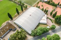 Wolfsburg, χαμηλότερη Σαξωνία, Γερμανία, στις 15 Ιουνίου , 2018: Εναέρια άποψη των γηπέδων αντισφαίρισης, μιας αίθουσας αντισφαίρ στοκ φωτογραφίες με δικαίωμα ελεύθερης χρήσης
