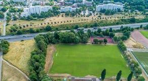 Wolfsburg, Alemanha, o 14 de junho , 2018: Campo vazio para o futebol na frente de uma estrada do motot e de uns arranha-céus fei fotos de stock