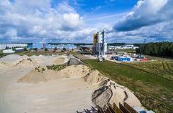 Wolfsburg, Baixa Saxónia, Alemanha, o 14 de agosto de 2016: Ideia aérea de uma facilidade à terra do armazenamento com uma planta fotografia de stock