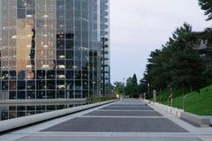 Wolfsburg, Nedersaksen, Torens met nieuwe auto's klaar voor levering in Autostadt van Volkswagen royalty-vrije stock fotografie