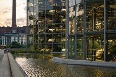 Wolfsburg, Nedersaksen, Torens met nieuwe auto's klaar voor levering in Autostadt van Volkswagen stock afbeelding