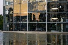 Wolfsburg, Niski Saxony, Góruje z nowymi samochodami gotowymi dla dostawy w Autostadt wolkswagen fotografia stock