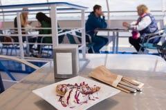 wolgagrad Plattform Frühstücks Russlands 11. Mai 2017 auf dem Tisch eines Vergnügungsdampfers auf dem Hintergrund von sitzenden L lizenzfreie stockfotografie
