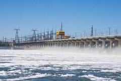 wolgagrad Russland - 16. April 2017 Die Verdammung der hydroelektrischen Wasserführung Volga Stockbild