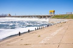wolgagrad Russland - 16. April 2017 Die Verdammung der hydroelektrischen Wasserführung Volga und Fischer an der Verdammung Stockbild