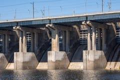 wolgagrad Russland - 16. April 2017 Die Verdammung des Wasserkraftwerks Volga ohne Wasserführung Lizenzfreies Stockbild