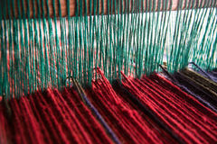 Wolgaren op weefgetouw Stock Foto's