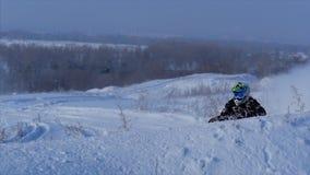 Wolgograd 2019 Konzept des Sports, gesunde Erholung Viererkabel, das in den Schnee radfährt stock video footage