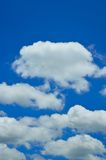 Wolk in blauwe hemel. royalty-vrije stock afbeeldingen