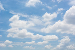 Wolk in blauwe hemel Stock Afbeeldingen