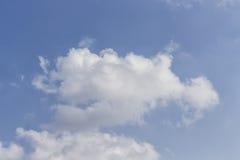 Wolk in blauwe hemel Stock Foto