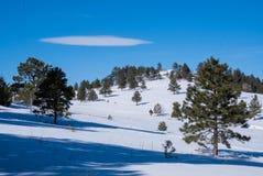 Wolk boven sneeuwbergheuvels stock fotografie