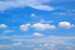 Wolk in de blauwe hemel Royalty-vrije Stock Foto's