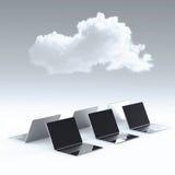 Wolk die 3d teken op laptop computer gegevens verwerken Stock Fotografie