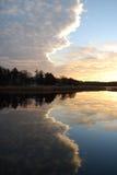 Wolk die in een water wordt weerspiegeld. Zonsondergang. Stock Afbeeldingen