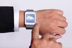 Wolk die technologie met slim horloge gegevens verwerken stock foto's