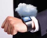 Wolk die technologie met slim horloge gegevens verwerken stock fotografie