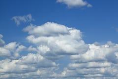 Wolk en blauwe hemelachtergrond Royalty-vrije Stock Foto