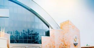 Wolk en boombezinning over vensterglas van moderne bouwbac Stock Foto
