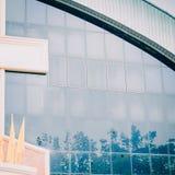 Wolk en boombezinning over vensterglas van moderne bouwbac Royalty-vrije Stock Foto