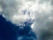 Wolk en de donkerblauwe hemel Stock Afbeelding