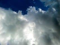 Wolk en de donkerblauwe hemel Royalty-vrije Stock Fotografie