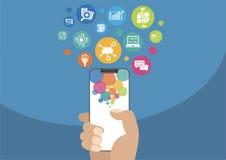 Wolk gegevensverwerking en mobiliteitsconcept als illustratie die met hand moderne vatting-vrije/frameless smartphone en pictogra Royalty-vrije Stock Foto's