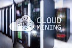 Wolk gegevensverwerking, gegevens of cryptocurrency ( Bitcoin, Ethereum) mijnbouw in gegevenscentrum De achtergrond van de server stock foto