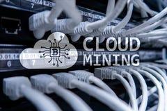 Wolk gegevensverwerking, gegevens of cryptocurrency ( Bitcoin, Ethereum) mijnbouw in gegevenscentrum De achtergrond van de server stock foto's