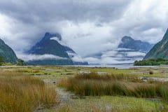 Wolk gehulde pieken bij beroemd natuurlijk wonder milford geluid, Nieuw Zeeland 7 stock foto
