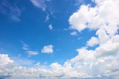 Wolk in heldere blauwe hemel Royalty-vrije Stock Afbeeldingen