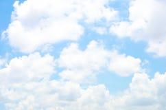 Wolk met aardige blauwe hemel, Aardachtergrond Stock Afbeeldingen