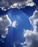 Wolk met een halo van zonlicht tegen de blauwe hemel Royalty-vrije Stock Foto's