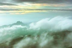 Wolk op berg stock afbeeldingen