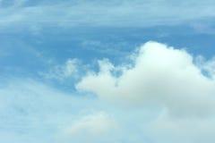 Wolk op blauwe hemel Stock Foto's