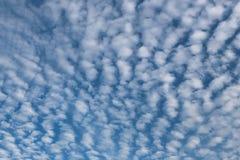 Wolk op blauwe hemel in de dag Stock Foto's