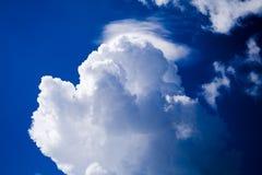 Wolk op de blauwe hemel Royalty-vrije Stock Foto's