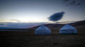 Wolk over yurts bij de kust van het Meer van Liedkol bij de dageraad, Kyrgyzstan stock afbeelding