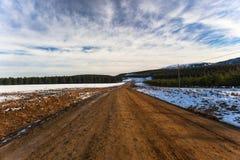 Wolk van de Hemel van de Bomen van de Bossen van de Sneeuw van de Landweg van de winter de Blauwe Stock Afbeelding