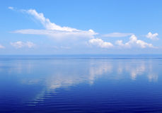 Wolk zoals vliegtuig over waterspiegel, meer Baikal Stock Foto