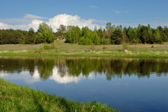 Wolke über dem Fluss Lizenzfreies Stockbild
