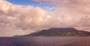 Wolke überstieg Berg Stockfoto
