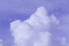 Wolke auf dem blauen Himmel Stockfotografie
